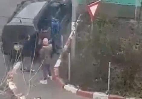 CAZ REVOLTĂTOR! Patru minori au terorizat o BĂTRÂNĂ din Alexandria. Aruncă PETARDE în casa femeii și îi lovesc geamurile cu PIETRE