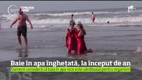 Zeci de mii de oameni din întreaga lume au marcat începutul noului an cu o baie la temperaturi scăzute