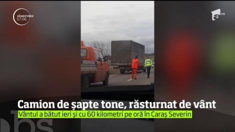 Vântul a suflat cu atâta violenţă în Clisura Dunării, încât a răsturnat un autocamion de şapte tone!