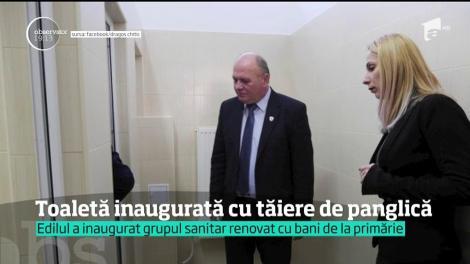 Primarul din Piatra Neamţ a tăiat panglica la inaugurarea unor WC-uri dintr-o şcoală! Ca la noi, la nimenea!