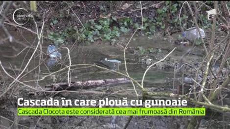 Clocota, una dintre cele mai frumoase cascade din România, a ajuns o groapă de gunoi