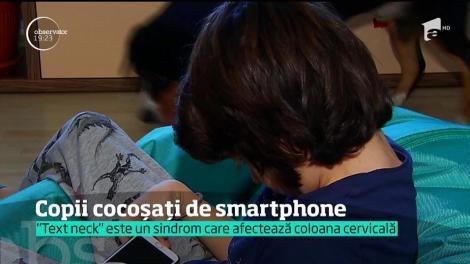 Copiii noii generaţii sunt cocoşaţi de tehnologie, la propriu! Pentru că stau cu ochii aplecaţi în telefon, ajung să-şi deformeze grav coloana
