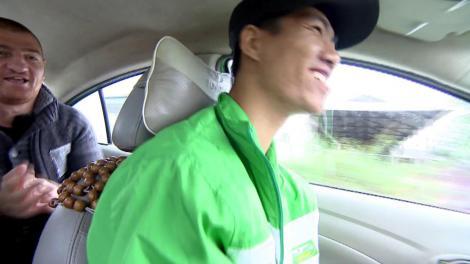 """""""Dragostea din Tei"""" e HIT mondial! Moroșenii, cea mai tare surpriză la """"Asia Express"""": Au întâlnit un taximetrist care știa versurile. Și ce duet a ieșit!"""