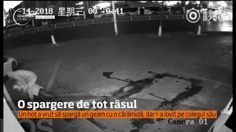 Spargere de tot râsul, în Shanghai. Un hoț a vrut să spargă un geam cu o cărămidă, dar l-a lovit pe colegul sau