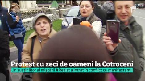 Protest cu zeci de oameni la Cotroceni