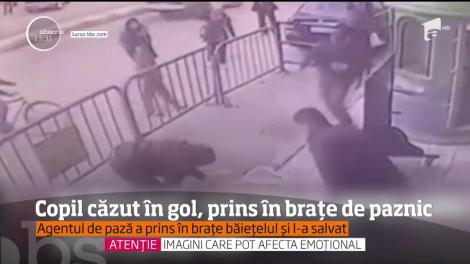 Numai mamă să nu fii și să vezi așa ceva! Un copil cade în gol, de la balcon, ziua în amiaza mare (VIDEO)