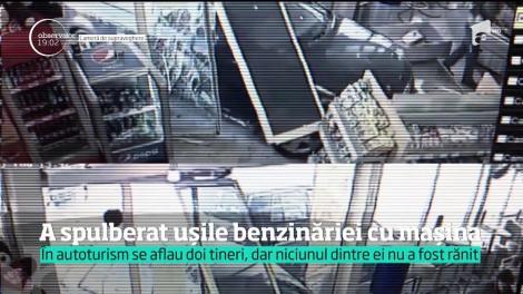 Un şofer a intrat cu maşina într-o benzinărie din Bucureşti. A spulberat uşile de sticlă şi a fost la un pas să ucidă o angajată
