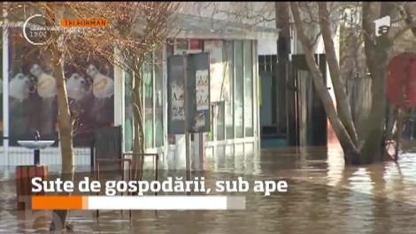 Sute de gospodării şi terenuri agricole din 33 de localităţi sunt sub ape! Multe drumuri naţionale şi judeţene au fost blocate de inundaţii