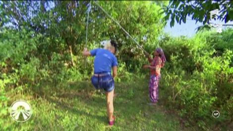 """Concurenții trebuie să strângă furnicile din copaci! Cruduța face show de zile mari! """"Vezi să nu îți cadă pe față!"""""""