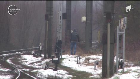 Un adolescent din Ploieşti se zbate între viaţă şi moarte după ce a traversat calea ferată cu căştile în urechi