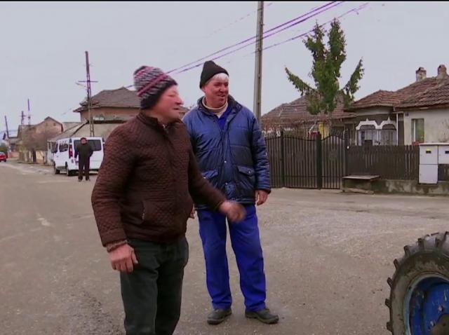 """""""Dă-te mai încolo, să nu dea peste noi!"""" Dan Helciug face pe tractoristul prin satele din Dâmbovița, spre disperarea localnicilor"""