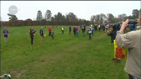 40 de cupluri au participat la campionatul de cărat soția, în Dorking, Marea Britanie