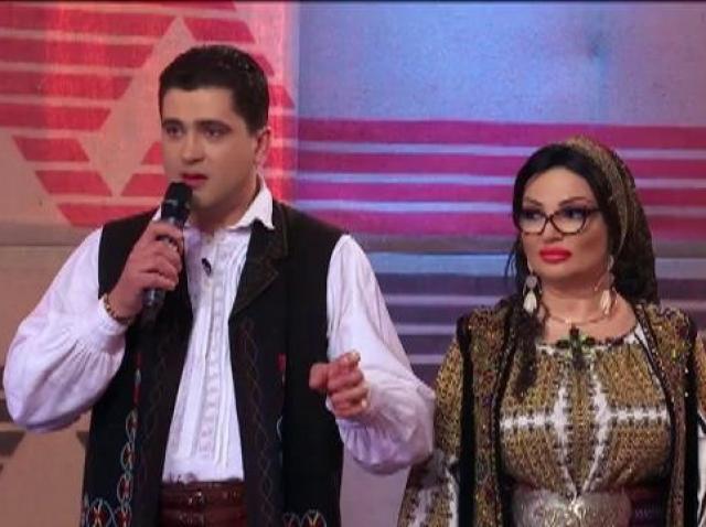 """""""Defilarea cu măști"""", proba după chipul lui Cosmin Seleși și asemănarea Andreei Bălan. Artista a defilat, iar bărbații din sală au făcut ochii mari: """"Mrrrrrr!"""""""