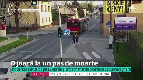 O glumă proastă se putea transforma într-una mortală! O adolescentă  şi-a împins colega pe stradă: victima era să ajungă sub roțile unui autobuz