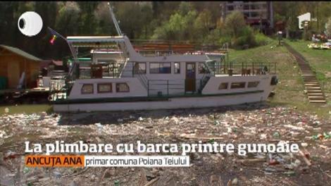 Lacul Bicaz s-a transformat într-o groapă de gunoi