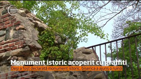 O biserică din secolul al 13-lea din Argeş, declarată monument istoric, a devenit ţinta amatorilor de graffiti