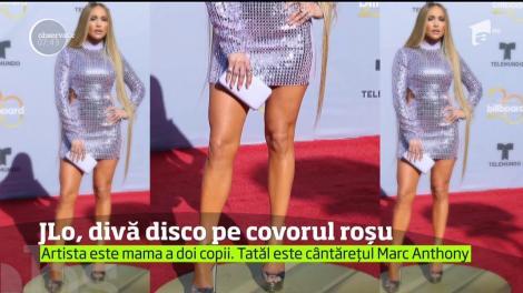 Jennifer Lopez sfidează trecerea timpului. Cântăreaţa latino, divă disco la gala Billboard Latin Music Awards