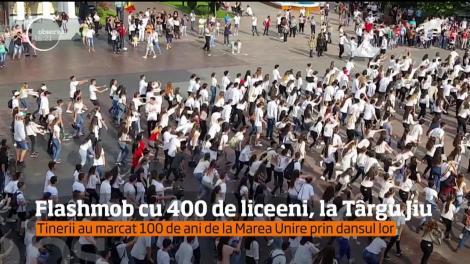 Flashmob în costume tradiţional şi cu muzică populară, la Târgu Jiu