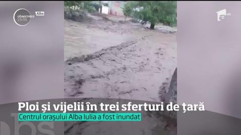 Viiturile au măturat trei sferturi din ţară. Sunt case inundate şi maşini îngropate în noroaie. Oameni disperaţi cer ajutorul autorităţilor