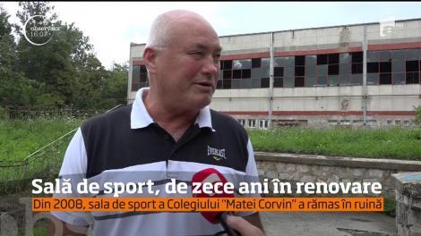 """Sala de sport a Colegiului """"Matei Corvin"""" din Deva, de zece ani în renovare"""