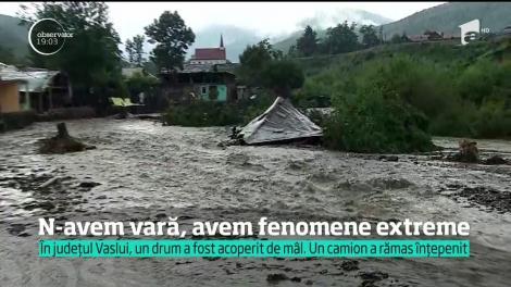 În vara extremelor, vijeliile au lovit din nou! Furtuna a închis plajele pe litoral, iar în Moldova viitura a blocat drumuri şi a distrus case