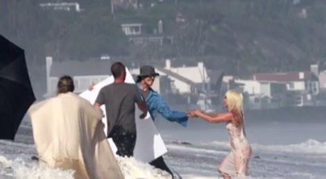 WOW! De când e ea atât de sexy?! Cum a apărut Lady Gaga pe o plajă? Toți ochii bărbaților au fost pe ea! (VIDEO)