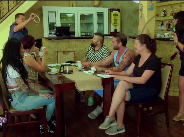 """Sosesc ajutoare! Angie, concurenta care l-a cerut de bărbat pe Scărlătescu, la """"Chefi la cuțite"""", la cârma bucătăriei lui Nea Mărin"""