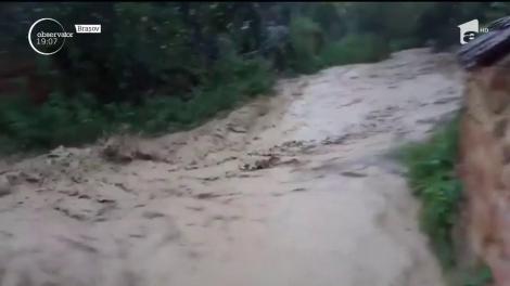 Inundaţiile au răpit o viaţă în Vâlcea! O fetiţă de 11 ani a fost smulsă de apele învolburate din braţele unchiului ei