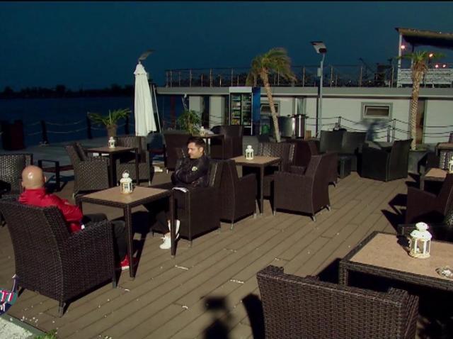 Liviu și Andrei, singuri pe terasă. Niciun client nu a trecut pe la ei