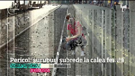 În cea mai mare gară din România, liniile de cale ferată sunt un pericol! Sunt prinse în şuruburi care la o simplă atingere se desprind!