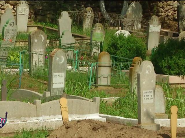 """Nea Mărin și Cruduța, peripeții uriașe în cimitir! """"Asta e belea, fiți atenți ce craci are"""""""
