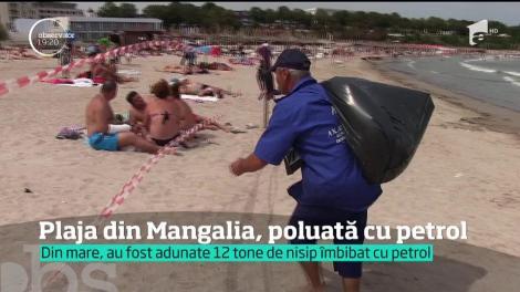 O plajă din Mangalia a fost închisă după ce curenţii au adus la mal reziduuri petroliere. Douăsprezece tone de material poluant au strâns angajaţii Apelor Române