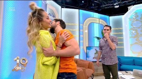 Atențieeee, s-au lăsat filmați! Dani Oțil și Flavia, săruturi adolescentine! Cum se pupau tinerii în liceu