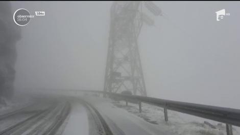 În zona de munte ninge ca în mijlocul iernii, iar peste 100 de familii din judeţul Harghita au rămas fără curent electric