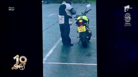 Smiley News. Video amuzant. Motociclistul cu... picioare scurte, pornire cu probleme