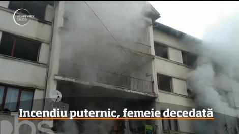 Incendiu puternic într-un bloc de locuinţe sociale din Slatina. O femeie a murit