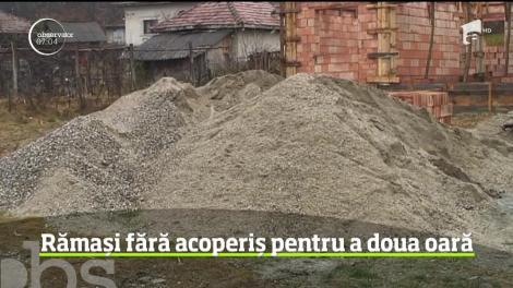 Lăsaţi fără case de natură, oamenii din Goleşti sunt din nou fără acoperiş, de data asta din cauza hoţilor