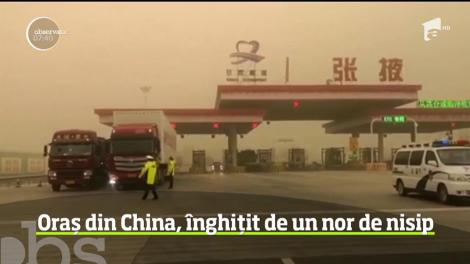 Imagini spectaculoase și înfiorătoare! Un oraș din China a fost înghițit de un nor de nisip - VIDEO