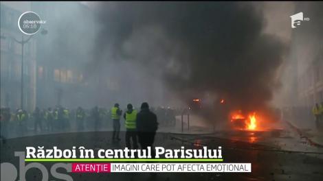 Imagini șoc! Violențe în Paris, după ce prețul carburanților a crescut: Protestatarii dau foc la clădiri şi maşini