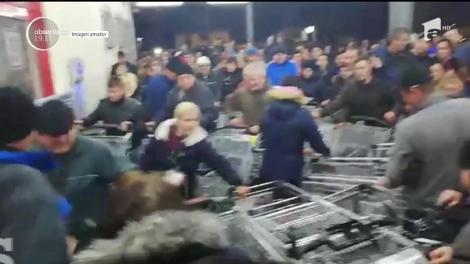 Bătaie pe carne mai ieftină. Imagini uluitoarte în faţa unui magazin din Baia Mare