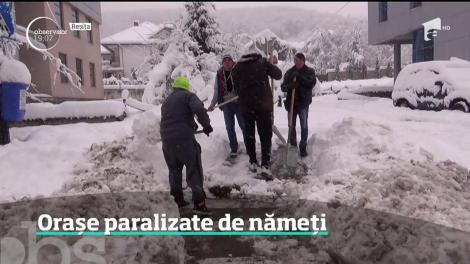 Iarna a paralizat vestul ţării. Oraşe întregi, cu zeci de mii de oameni, stau fără curent electric, apă sau căldură