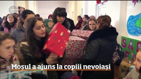 Moş Crăciun a ajuns la copiii nevoiaşi de la o şcoală din comuna Serbeşti, din Bacău