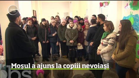 Moș Crăciun a ajuns la copiii nevoiași de la o şcoală din comuna Serbeşti, din Bacău