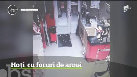 Hoţi prinşi cu focuri de armă, după ce au spart un supermarket, în judeţul Timiş