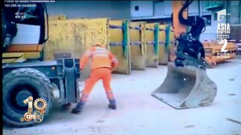 Exces de zel pe șantier, nu glumă! Un muncitor ridică un excavator ca să dea cu mătura sub el! (VIDEO)