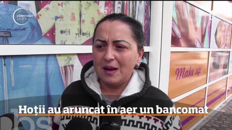 Doi hoţi au aruncat în aer un bancomat din Arad şi au fugit cu trei casete cu bani