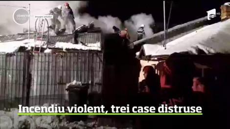 Un incendiu puternic a făcut ravagii în Ploieşti. Trei case au ars în totalitate pe o suprafaţă de aproximativ 120 de metri pătraţi