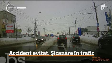 Un accident rutier evitat la milimetru s-a lăsat cu o şicanare în trafic pe străzile din Baia Mare