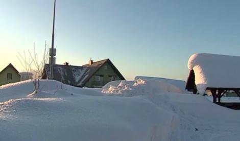 Imaginile sunt apocaliptice! Un sat întreg, de pe un munte, a fost înghițit de zăpadă: Oamenii nu pot ieși din case