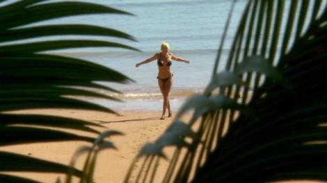 """Ioana Șulea de la """"Ultimul Trib"""", incredibil de sexy în costum de baie! Daniel Chiriță: """"Ei tot încearcă cu mine, că sunt singur!"""""""